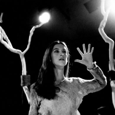 """Anja Birnbaum i en """"gest - ett tecken """" ur stycket """"A GI YA NI"""" (ett verk som byggde tecken och stavelser från ett indianspråk) Foto: Sven Åsberg"""