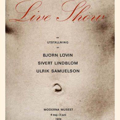 "1/6 <a href=""http://sivertlindblom.se/folio/utstallningar/moderna-museet-live-show-stockholm-1974/"" rel=""noopener"" target=""_blank"">Original Live Show 1974</a> 2/6 <a href=""http://sivertlindblom.se/biografi/egna-texter/sivert-lindblom-katalogtext-till-live-show-moderna-museet-1974/"" rel=""noopener"" target=""_blank"">Siverts inledningstext</a> 3/6 <a href=""http://sivertlindblom.se/biografi/recensioner/bengt-nerman-om-live-show-19-maj-1974/"" rel=""noopener"" target=""_blank"">Bengt Nerman om Live Show</a> 4/6 <a href=""http://sivertlindblom.se/folio/utstallningar/kunstmuseum-luzern-live-show-ii-schweiz-1977/"" rel=""noopener"" target=""_blank"">Om Live Show II i Luzern</a> 5/6 <a href=""http://sivertlindblom.se/texter/andras-texter/jean-christophe-ammann-katalogtext-till-live-show-ii-kunstmuseum-luzern-1977/"" rel=""noopener"" target=""_blank"">Jean Christophe Ammann - Text in german für Kunstmuseum Luzern</a> 6/6 <a href=""http://sivertlindblom.se/folio/utstallningar/kunstmuseum-luzern-live-show-ii-schweiz-1977/"" rel=""noopener"" target=""_blank"">Pictures from Luzern 1977</a>"